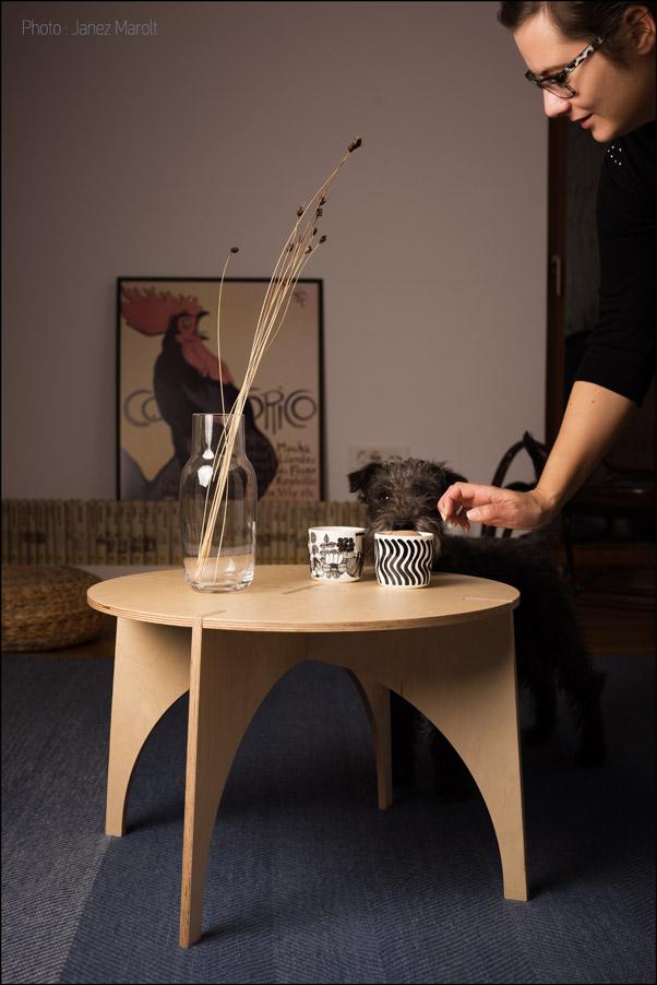 Sestavljiva lesena mizica avtorje Veronike Ule in Andija Kodra v ambientu