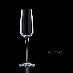 Fotografiranje steklenih izdelkov - kozarec za vino na črnem ozadju - foto: Janez Marolt
