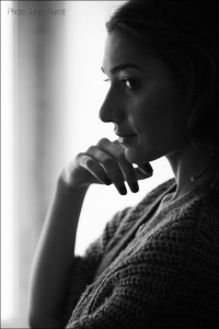 Boudoir fotografiranje - Zala Djuric Ribic - Črno - bel portret z obeskom. Boudoir fotografija: Janez Marolt