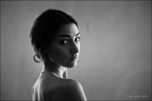 Boudoir fotografiranje - Zala Djuric Ribic - Portret od zadaj. Boudoir fotografija: Janez Marolt
