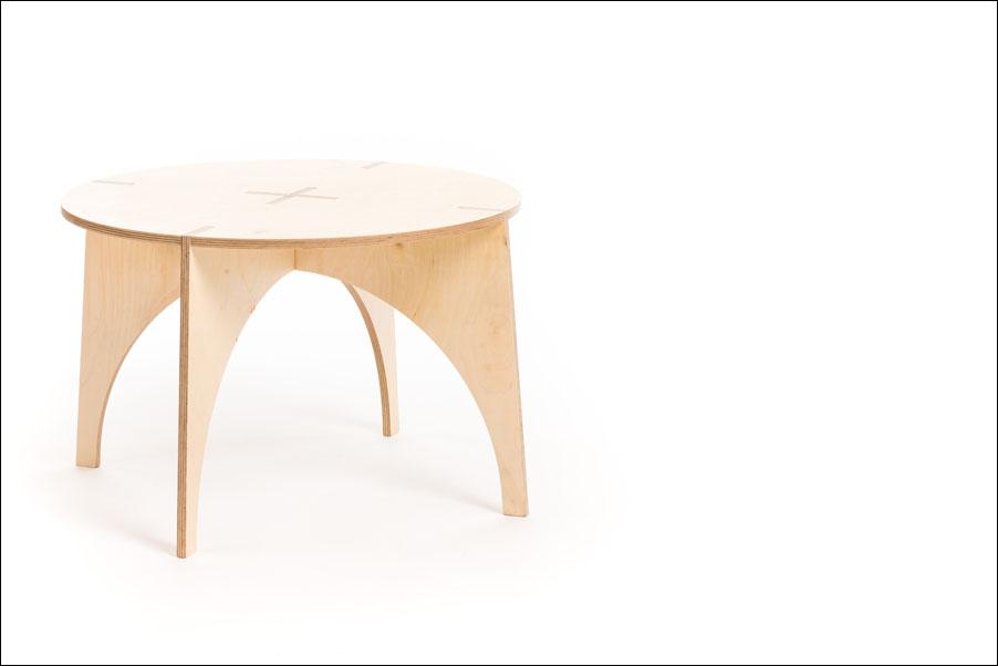 Sestavljiva lesena mizica avtorje Veronike Ule in Andija Kodra