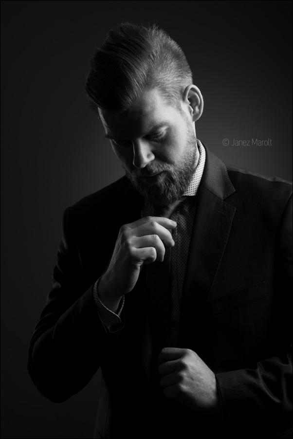 Črno bel šarmanten portret moškega