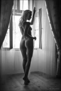 Boudoir / akt fotografija - gola mlada dama ob oknu
