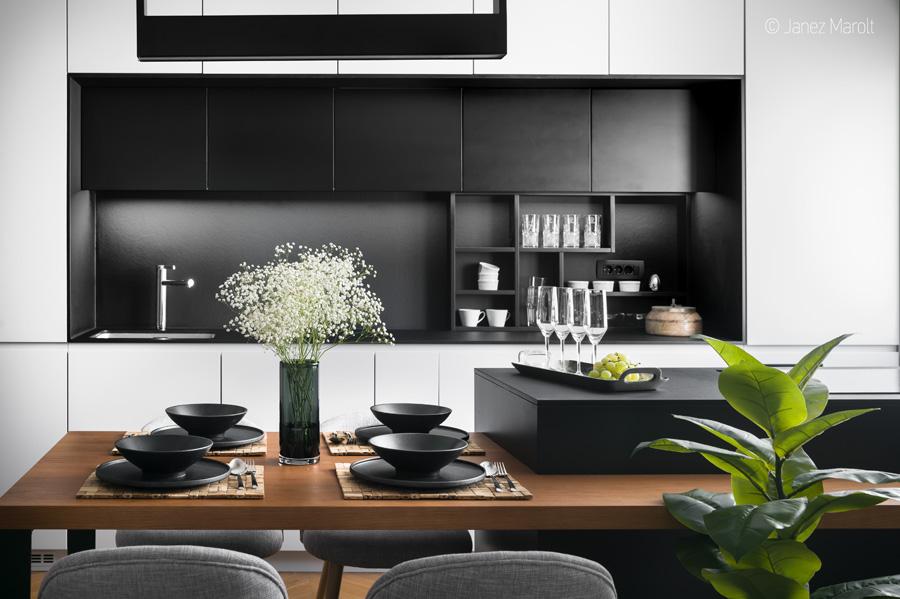 Uglajeno oblikovana kuhinja z jedilnim kotom