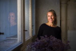 Portret v večerni svetlobi ob oknu
