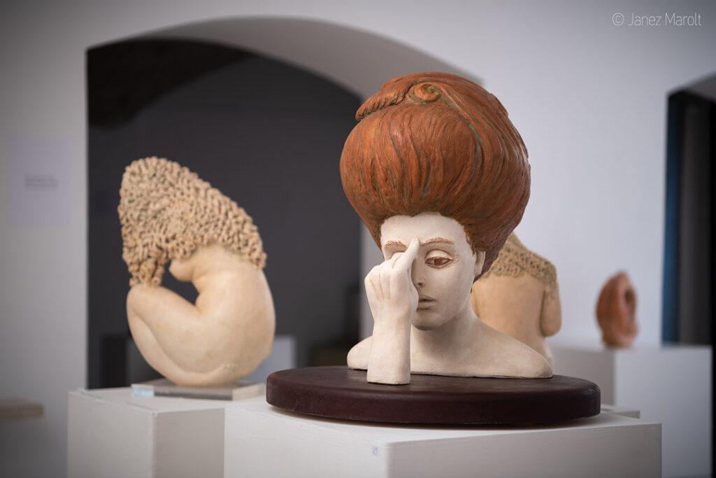 Fotografiranje kipov virtualni sprehodi po razstavah : Janez Marolt KAM? – ZAMOLČANA, 2009, cikel ČAS, unikat, bela in rdeča pat. žgana glina, barvana - pogled z leve