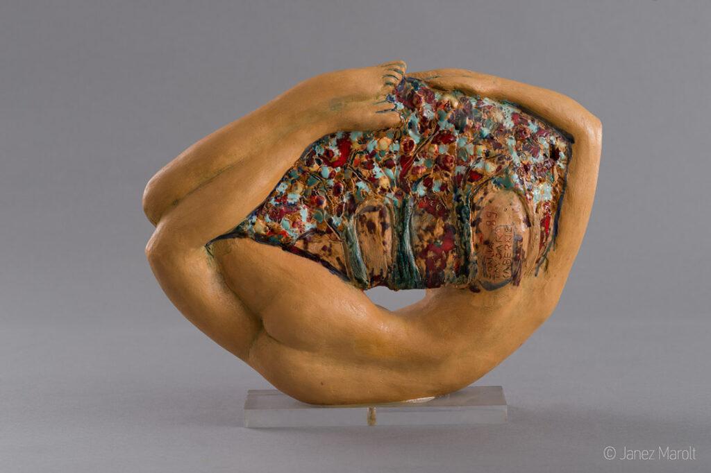 Fotografiranje kipov virtualni sprehodi po razstavah : Janez Marolt NIRVANA I, 1989, cikel NIRVANA, unikat, glazirana žgana glina - pogled od zadaj