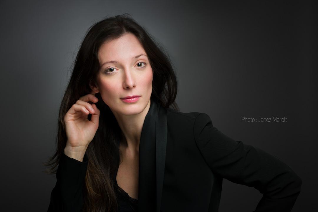 Poslovni portret - studijska portretna fotografija mlade dame - foto: Janez Marolt